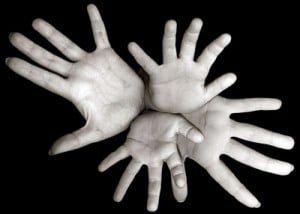 manos-enlazadas-culpables