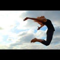 Mujer Saltando Cielos