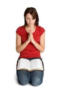 Oracion rodillas mujer orando