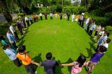grupo jovenes orando
