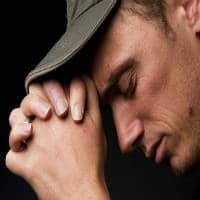 hombre orando manos juntos
