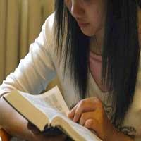 mujer-leyendo-la-biblia-palabra