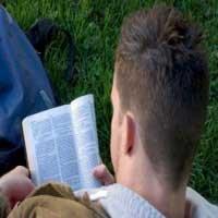joven-leyendo-la-biblia-diario