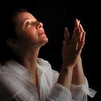 mujer-orando-agradando-Dios