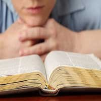 joven-leyendo-la-biblia