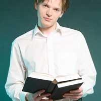 hombre-estudiando-biblia