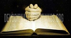 biblia abierta manos