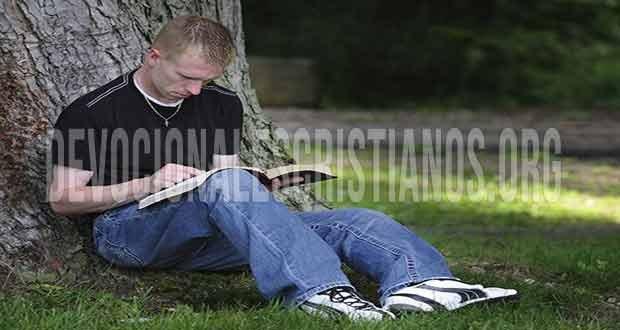 Joven sentado leyendo Biblia